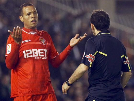 Lus Fabiano pide explicaciones al árbitro. / EFE