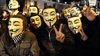 Activistas de Anonymous protestan a la entrada del Teatro Real. / EFE · Reuters · AFP