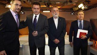 Los candidatos del PSOE, IU y PP a la Alcaldía de Sevilla junto al moderador del debate Javier Bolaños.  Foto: Antonio Pizarro