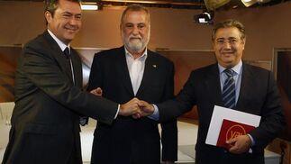 Los candidatos del PSOE, IU y PP, Juan Espadas, Antonio Rodrigo Torrijos y Juan Ignacio Zoido, respectivamente, estrechan su mano.  Foto: Antonio Pizarro