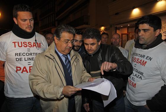 Zoido a su llegada a la sede de Giralda TV escucha las quejas de varios ciudadanos.  Foto: Antonio Pizarro