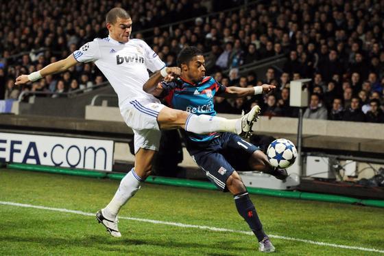 Pepe intenta taponar un centro de un rival. / AFP