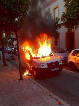 Fotografía de la furgoneta ardiendo tras la explosión.  Foto: Agustín Martínez