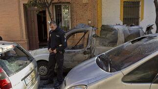 Los coches que estaban estacionados junto a la furgoneta siniestrada resultan dañados por la explosión  Foto: Jaime Martínez