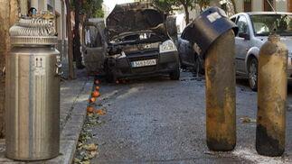 Los coches que estaban estacionados junto a la furgoneta siniestrada resultan dañados por la explosión.  Foto: Jaime Martínez