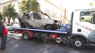 Una grúa recoge la furgoneta siniestrada.  Foto: EFE
