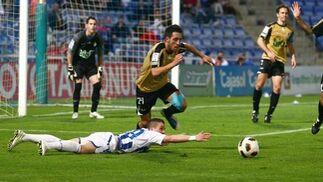 Aarón cae en el área rival. / Alberto Rodríguez