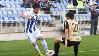Corcoles intenta irse de un defensa. / Alberto Rodríguez