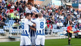 Los jugadores del Recreativo celebran el gol de Rafita. / Alberto Rodríguez