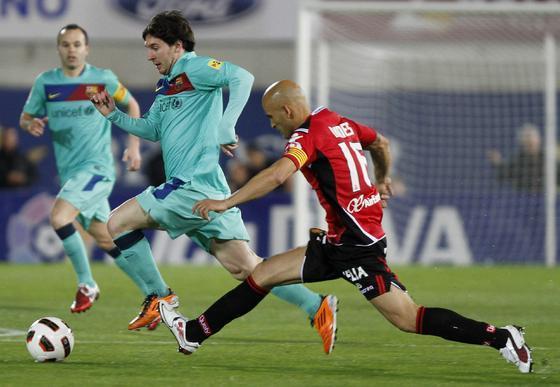 Messi intenta robarle el balón a Messi. / EFE