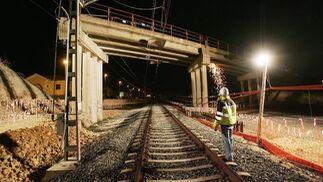 Un operario, observa el puente, tras los primeros trabajos de derribo./ PASCUAL  Foto: Pascual