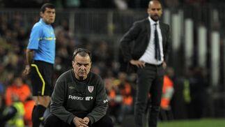 Bielsa observa el partido con Guardiola de fondo (2-0). / AFP
