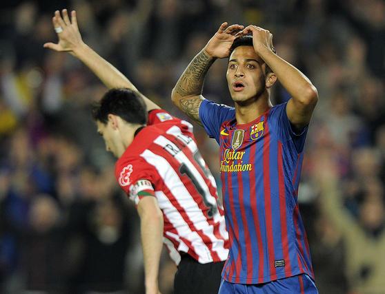 Thiago se echa las manos a la cabeza después de que le fuera anulado un gol. / AFP