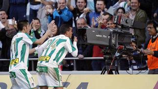 Airam lanza un beso a una cámara en el primer gol cordobesista.. / José Martínez