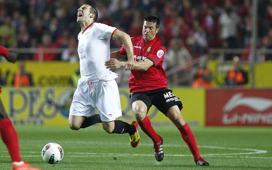 Negredo sufre una entrada de Martí por detrás. / Antonio Pizarro