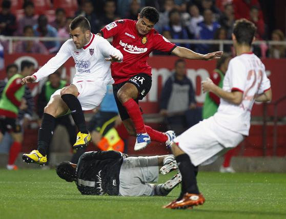 El Sevilla acumula tres victorias consecutivas tras vencer al Mallorca en casa (3-1). / Antonio Pizarro