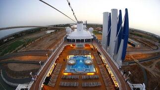 El crucero de lujo 'Azamara Journey' a su llegada a Sevilla el pasado mes de agosto.  Foto: M.G.