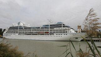 El buque 'Azamara Quest' en Sevilla.  Foto: José Ángel García
