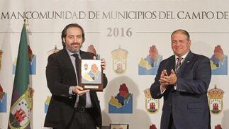 Alberto Grimaldi, director de Europa Sur, recibió el Premio a la Comunicación de manos del alcalde de Los Barrios, Jorge Romero.   Foto: Erasmo Fenoy