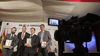 El alcalde de San Roque, Juan Carlos Ruiz Boix, con los tres sanroqueños premiados.   Foto: Erasmo Fenoy