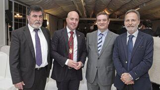 El diputado Salvador de la Encina junto a representantes políticos y otras autoridades.   Foto: Erasmo Fenoy
