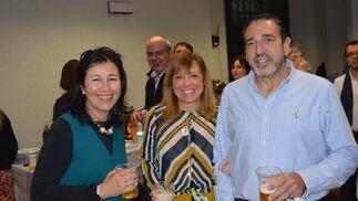 Tily Santiago, Maite Galván y Eusebio Rocha, disfrutando del festejo.  Foto: Ignacio Casas de Ciria