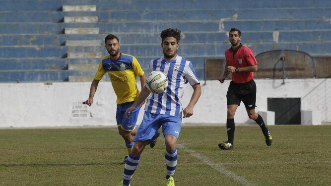 David Piñero intenta controlar un balón en el encuentro del pasado domingo frente a El Torno.