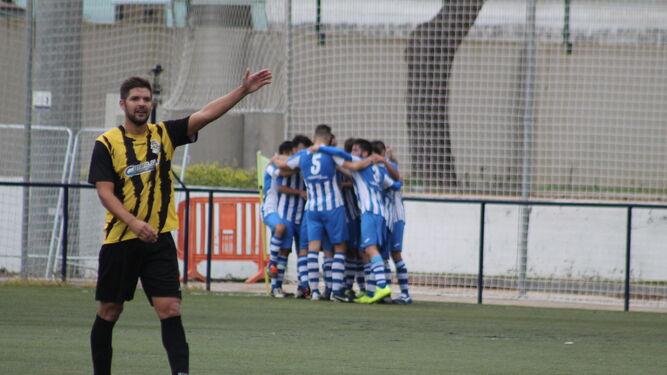 Los jugadores del Jerez Industrial celebran el 0-1, obra de Juanito.