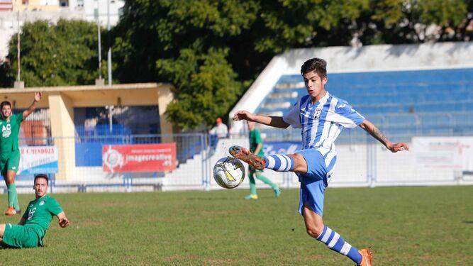 Dani Mije controla el balón con la pierna izquierda.