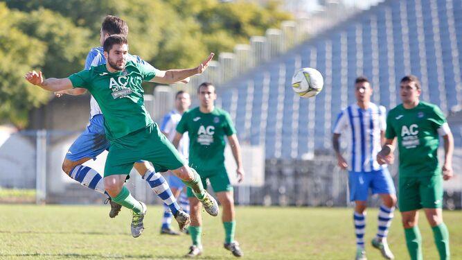 Piñero, autor de dos de los tres goles del Jerez Industrial, salta con un futbolista del Cortijillos en un lance del partido de ayer en La Juventud.