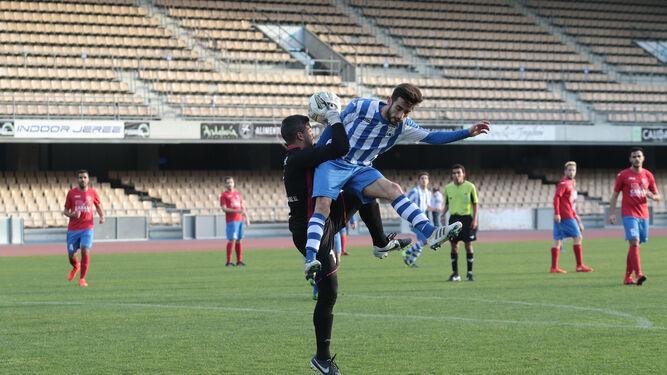 Adri Jurado atrapa el balón pese a la falta de Mendoza.