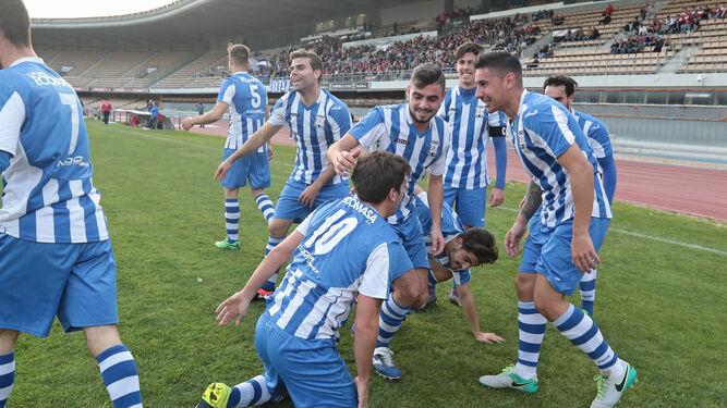 Los jugadores industrialistas celebran el gol de Daza que colocaba en esos momentos al Industrial a cuatro puntos del líder.