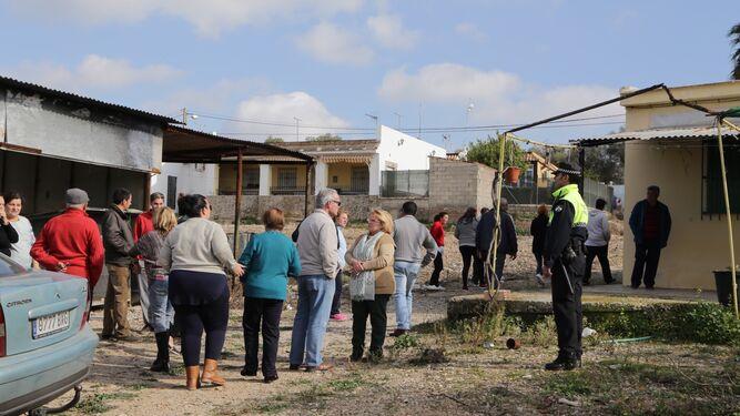 Vecinos de la barriada rural en el lugar de los hechos