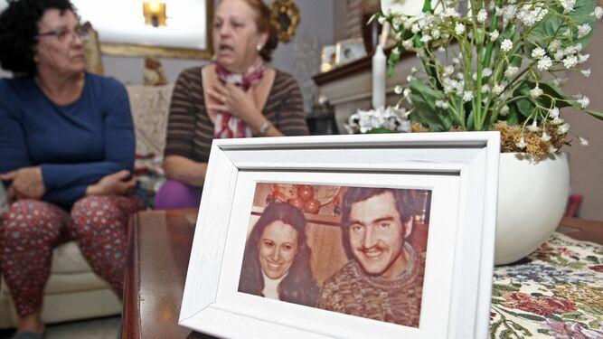 Carmen y Aurora González, ayer en Algeciras, ante un retrato de su hermana y su cuñado.