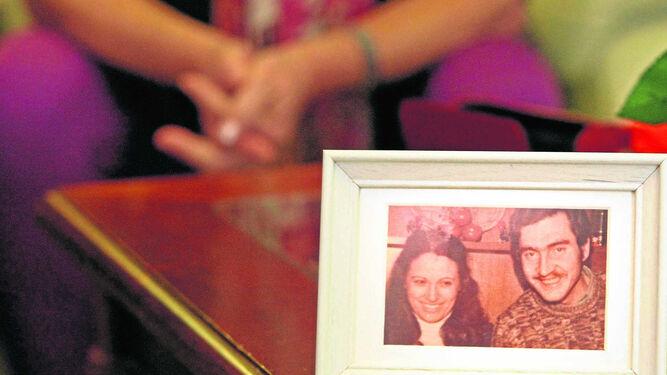 Un portarretrato con una fotografía de Hortensia González y Antonio Ramírez, en la mesa del salón de la casa de Aurora González.