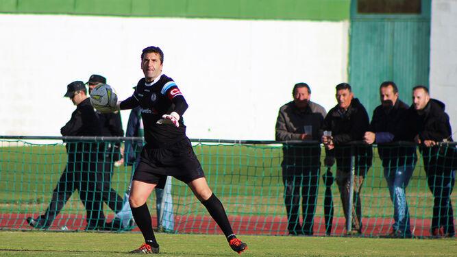 Edu Villegas es el portero titular del Xerez DFC con Juan Antonio y su compañero Adri Domíguez es el otro azulino que lo ha jugado todo desde la llegada del isleño.