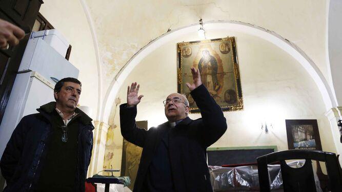 Antonio López muestra una de las grietas de la sacristía.