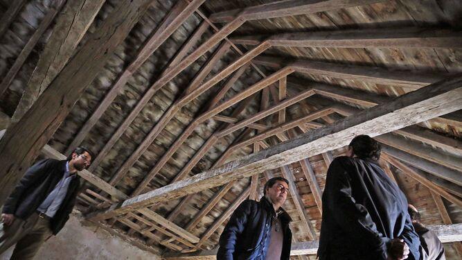 Interior del tejado de la sacristía, con las vigas en mal estado.