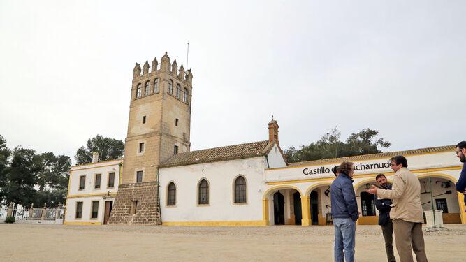 Un instante de la visita de Miranda a la finca El Majuelo, con el Castillo de Macharnudo detrás.