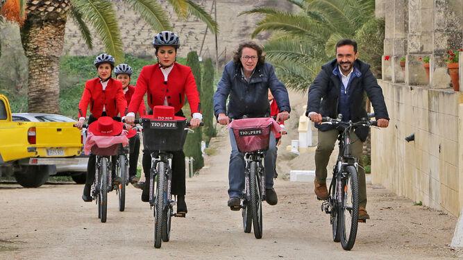 Parte de la comitiva en bicicleta por la finca La Canariera