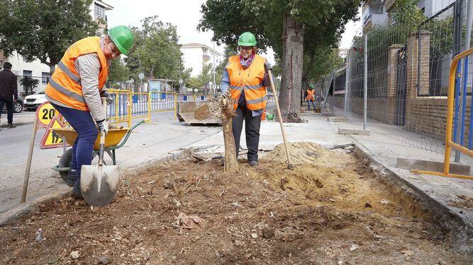 Dos mujeres trabajando ayer en el acerado de la calle Federico García Lorca.