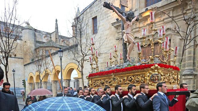 El Cristo de las Almas de la Sacramental de Santiago en un Vía-Crucis.
