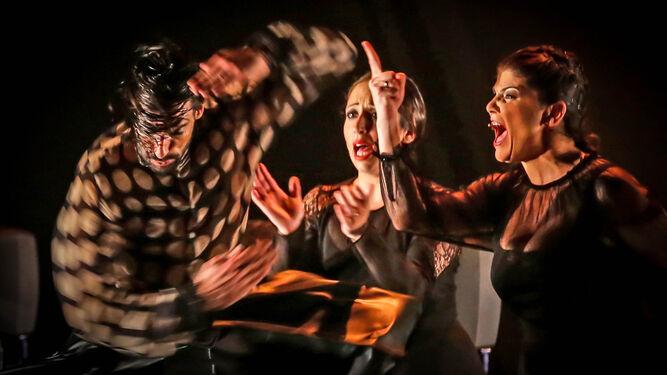 Anabel Rivera marca los tiempos del cante, con el índice arriba, mientras Eduardo Guerrero ejecuta una de sus coreografías.