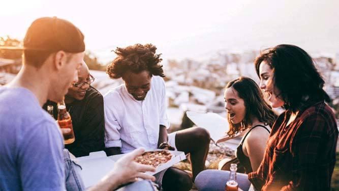 5 actividades para conocer gente si eres soltero
