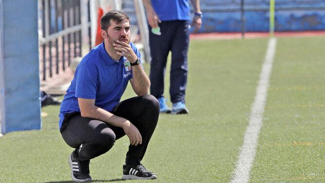 Alberto Vázquez, atento al juego en el choque de ayer.