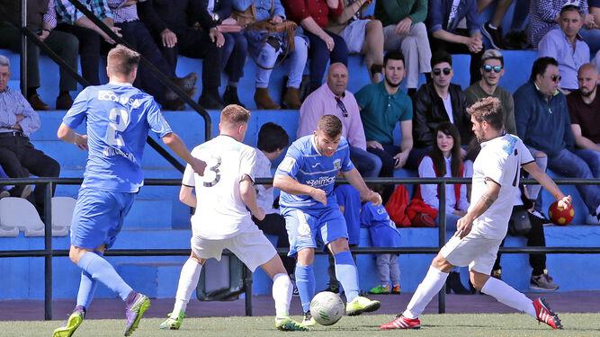 Chiqui, presionado en la banda, mete el balón a Pablo Pérez entre Aitor y Villatoro.