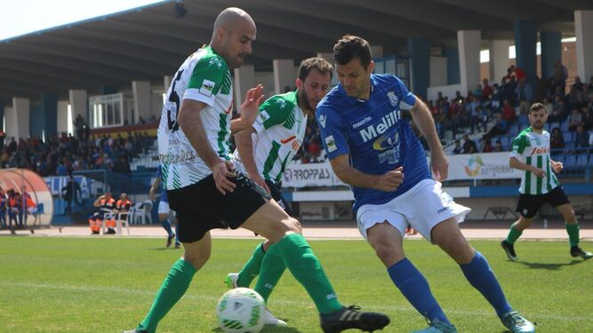 Dani y Alberto Fernández tratan de impedir el avance de un rival.