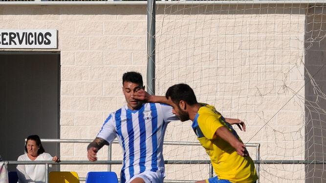 Dani Castro intenta llegar antes que un futbolista local.