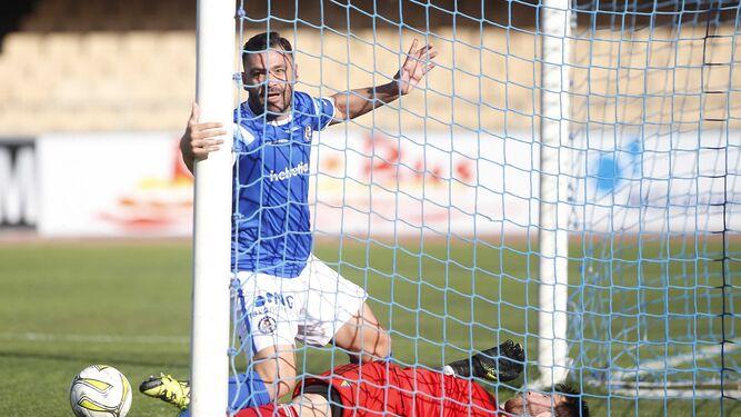Guille, en el momento de superar a Adrián, que sacó el balón de dentro de su portería.