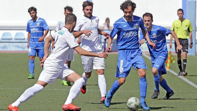 Luis Castillo trata de avanzar entre Segura y Villatoro.
